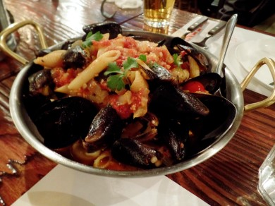 Appetizer: Mussels in spicy tomato sauce